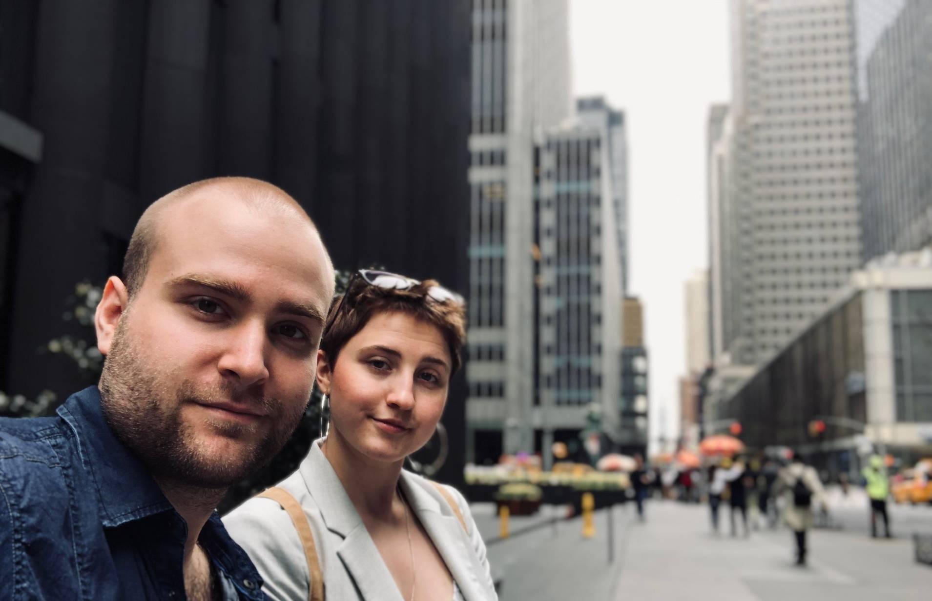 Karim & Marina in New York mit Hochhäusern im Hintergrund