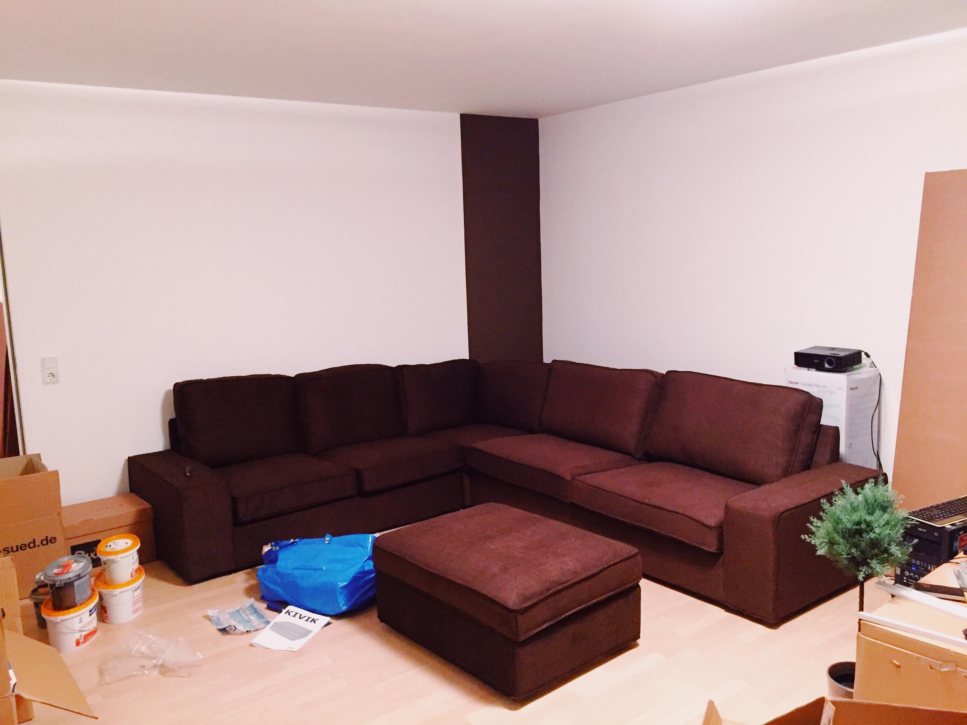 Wohnung mit unaufgebauten Möbeln während Umzug