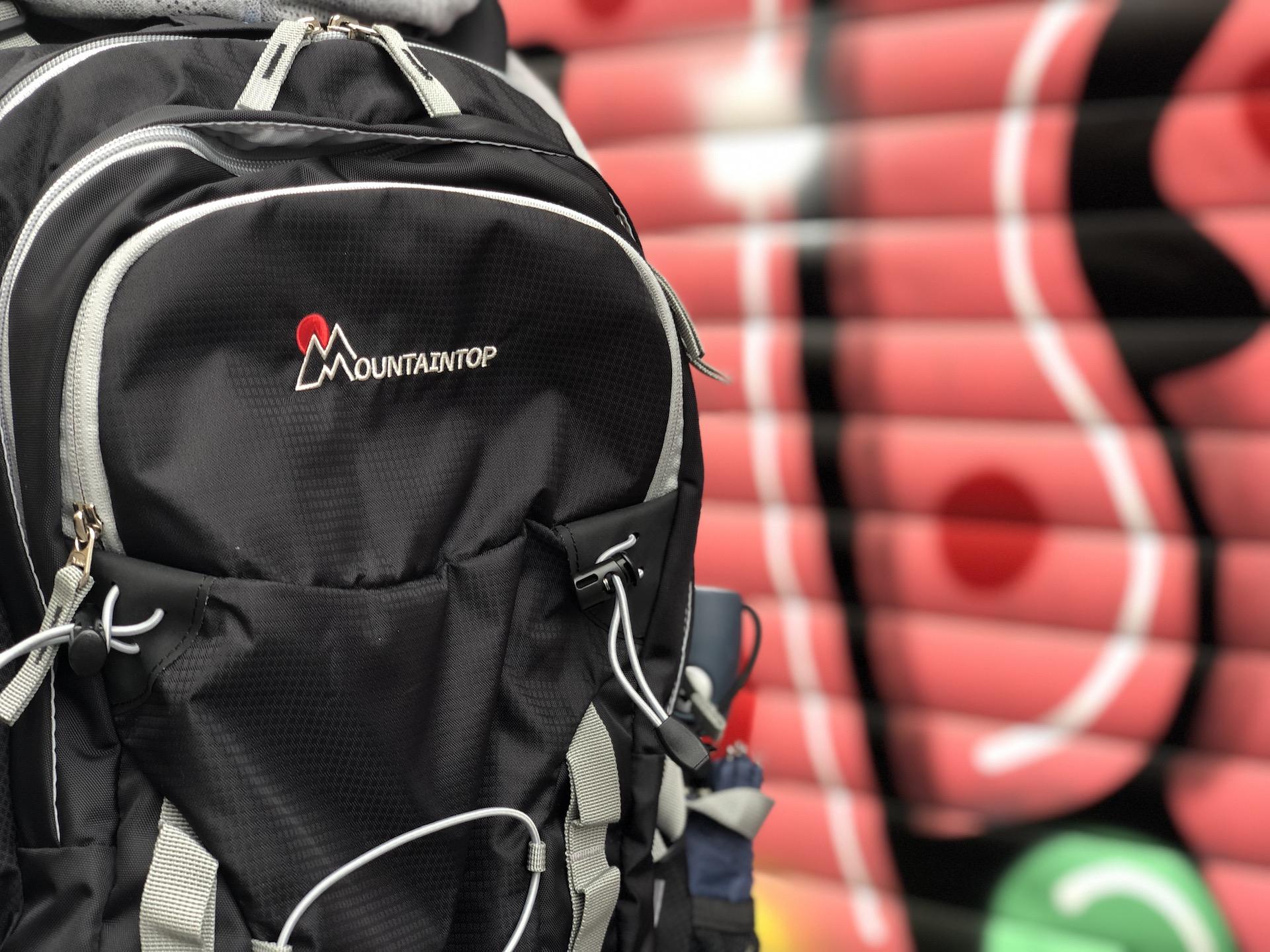 Ein Rucksack vor einer Graffiti-Wand