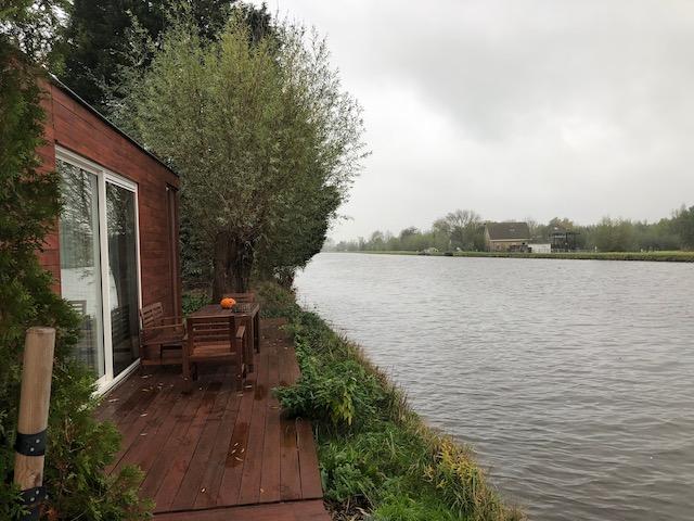 Blick auf unsere Wohnung und den Kanal direkt vor der Haustür